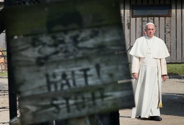 Papież Franciszek przechodzi przez bramę byłego niemieckiego, nazistowskiego obozu zagłady Auschwitz.
