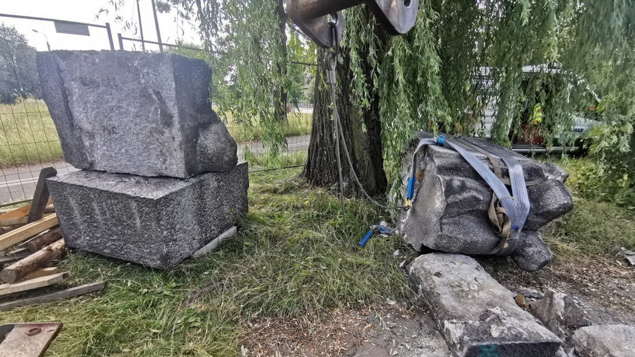 Pomnik już po demontażu