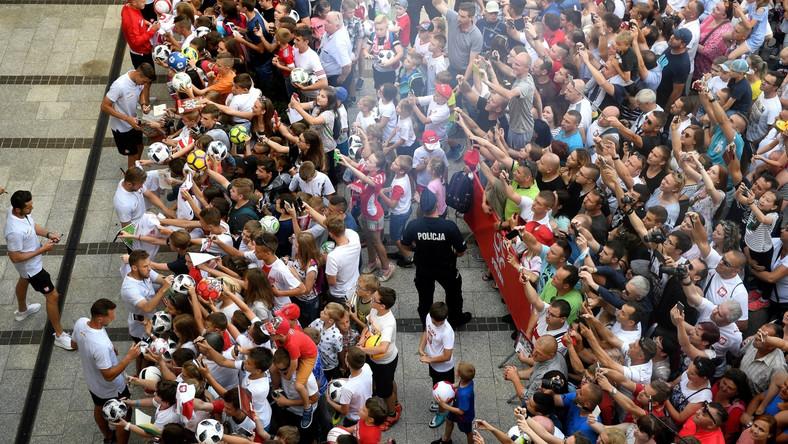 Piłkarze reprezentacji Polski (L) rozdają autografy podczas spotkania z kibicami w Arłamowie