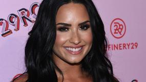 Demi Lovato w szerokich spodniach i dziwnym topie. Co za wpadka!