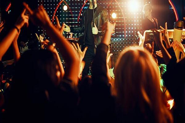 Članovi popularnog benda uhvaćeni u noćnom klubu sa GOMILOM ZGODNIH DEVOJAKA! (VIDEO)