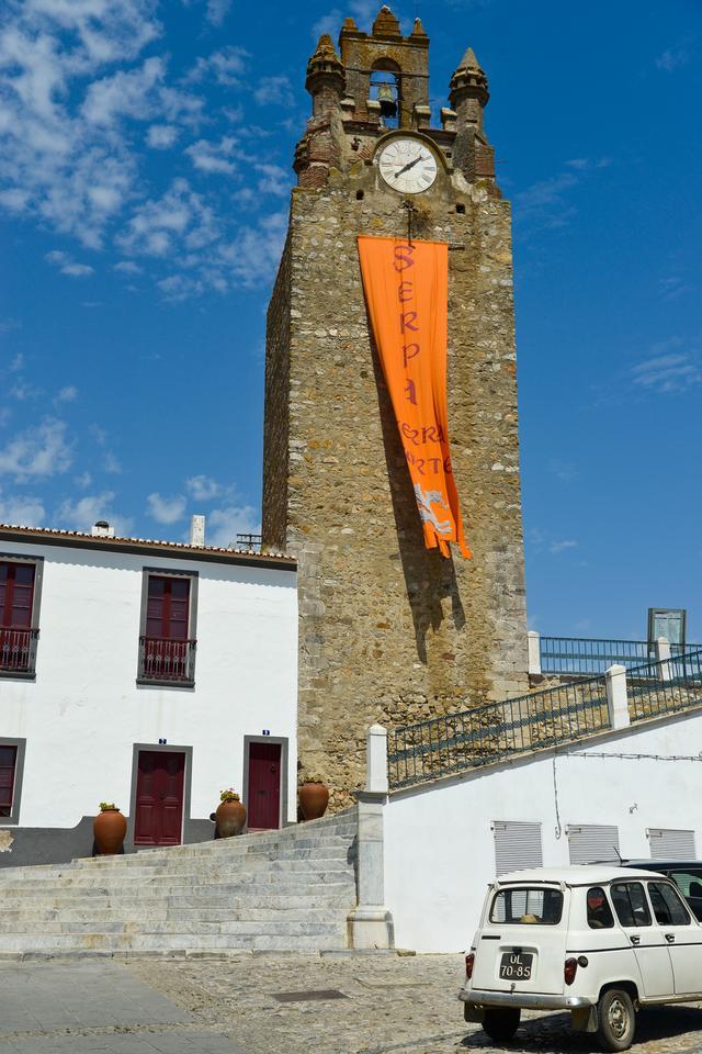 Serpa - zaciszne miasteczko z przyjemną starówką, otoczone murami obronnymi i malowniczym akweduktem.