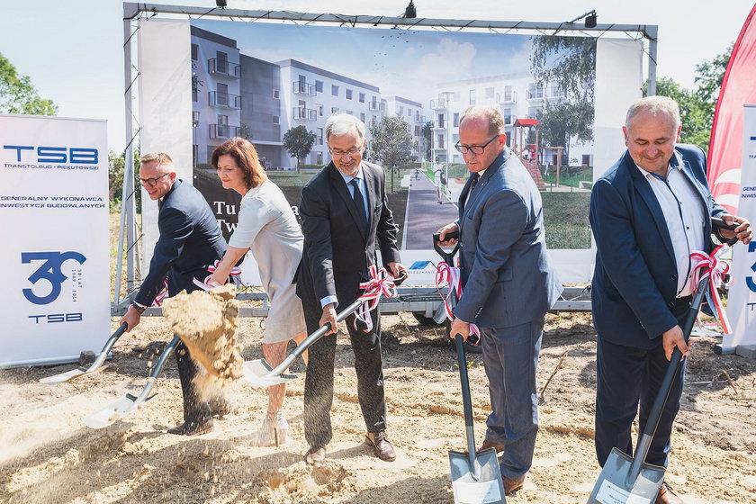 *26 sierpnia wbito łopatę pod budowę 201 mieszkań w Dębicy. Jest to pierwsza na Podkarpaciu inwestycja w programie Mieszkanie Plus, realizowana wspólnie z dębickim samorządem.