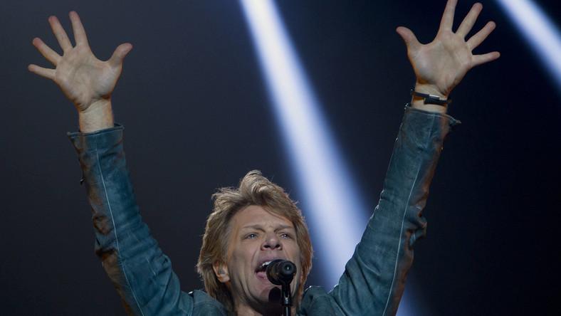 """Wielbiciele amerykańskiej gwiazdy rocka uszyli olbrzymią biało-czerwoną flagę z napisem """"Good things come to those who wait. Thank U"""" (Dobre rzeczy przychodzą do tych, którzy czekają. Dziękujemy), która ma być rozwinięta na widowni podczas czwartej piosenki, z reguły jest to """"Raise Your Hands"""""""