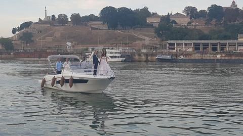 NAJLEPŠA SVADBA NA ESTRADI? Pogledajte kako su Stevan Anđelković i njegova izabranica pristigli na građansko venčanje! (VIDEO)