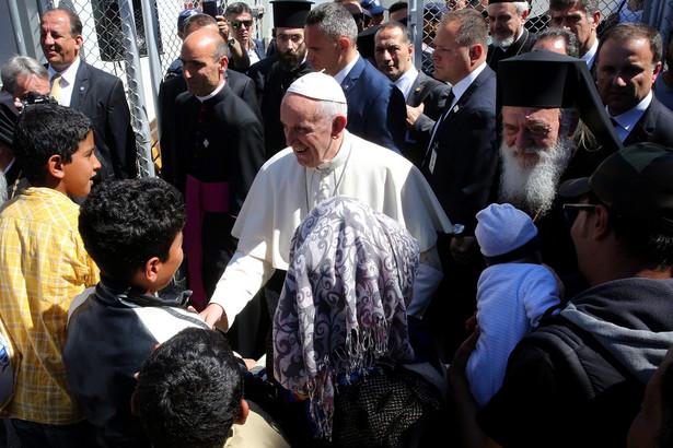 Papież potępia marnowanie zasobów i ekologicznie szkodliwy model rozwoju, piętnuje uzależnienie krajów biedniejszych od bogatych, wytyka nieuczciwą konkurencję ze strony wielkich firm