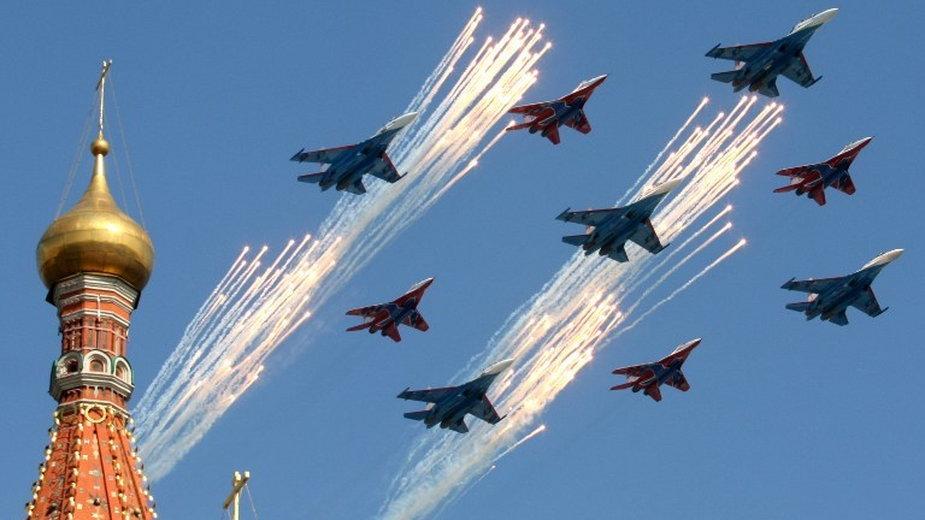 Rosyjskie myśliwce Su-27 i MiG-29 podczas defilady w Moskwie z okazji Dnia Zwycięstwa, fot. AFP