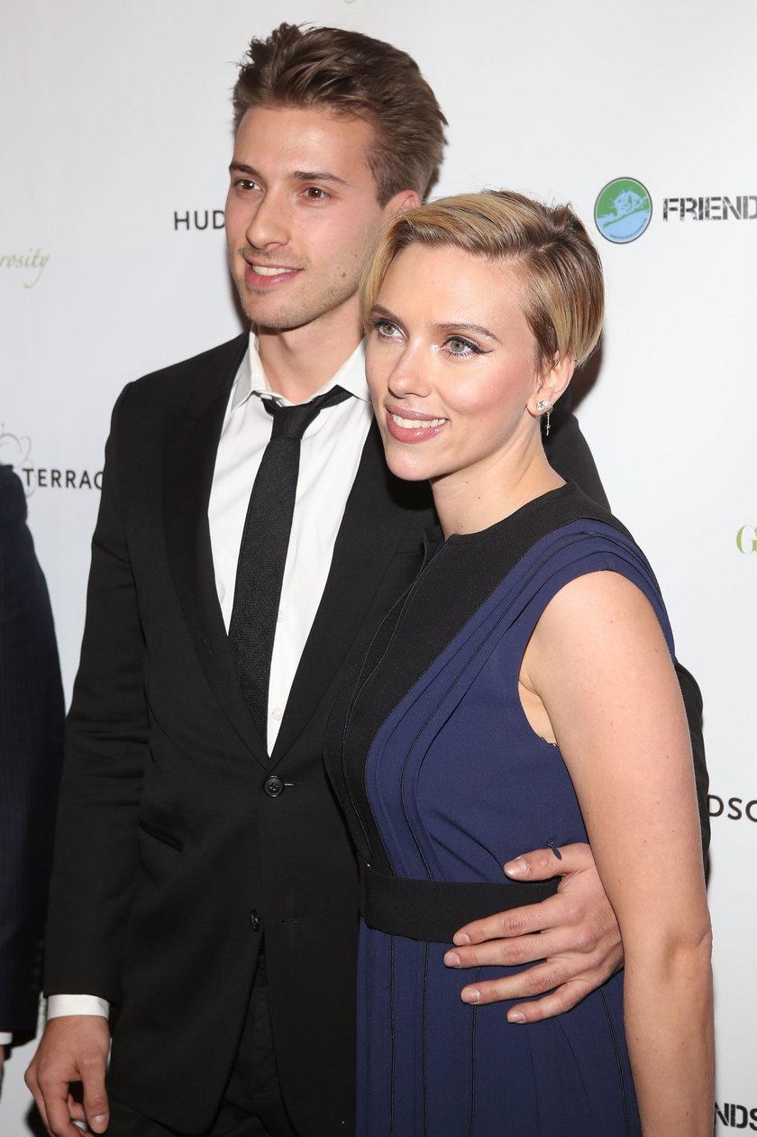 Scarlett Johansson z bratem Hunterem na gali fundacji charytatywnej