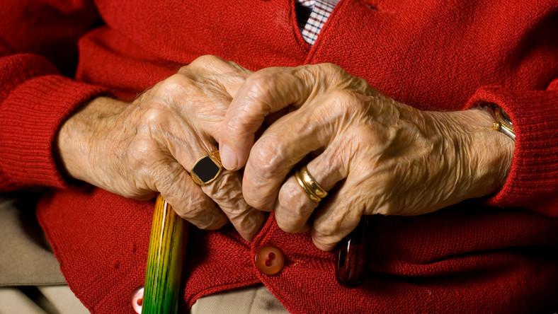Szacuje się, że kiedy dzisiejsi 30-latkowie będą przechodzić na emeryturę, tzw. stopa zastąpienia wyniesie zaledwie 30 proc. W praktyce oznacza to, że jeśli ktoś tuż przed emeryturą będzie zarabiał np. 5 tys. zł, to dostanie niecałe 2 tys. zł emerytury.