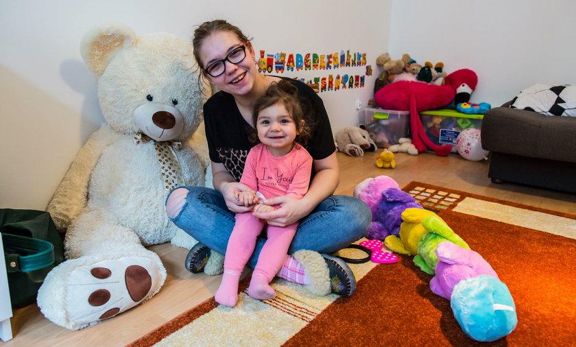19-letnia Oliwia i jej córeczka mieszkały w fatalnych warunkach. Na święta dostaną nowy dom
