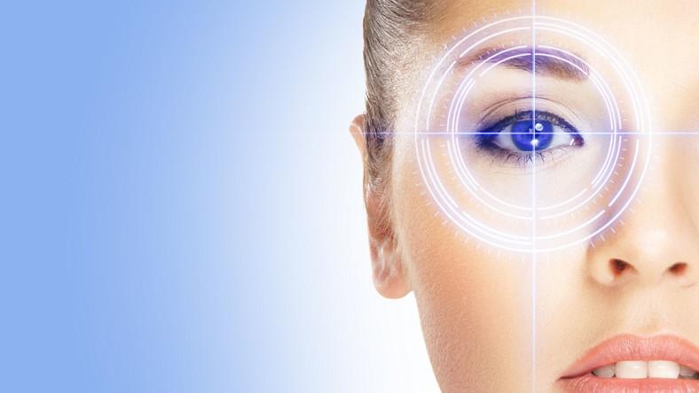 To nie do końca prawda. Rzeczywiście brak odpowiedniego światła sprawia, że oczy mają trudność ze skupieniem się na poszczególnych wyrazach, bo litery się zamazują. Oczy mogą się też męczyć. Ale nie znaczy to, że ulegają uszkodzeniu. Dawniej ludzie pracowali (np. szyli) czy czytali przy świecach lub słabym świetle lamp naftowych i mieli dobry wzrok. Lekarze zauważają natomiast, że szkodliwe dla oczu jest czytanie przy małej lampce z mocnym światłem w pokoju, w którym pasuje ciemność