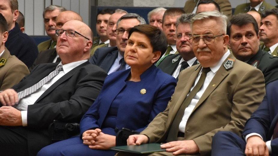 Premier Beata Szydło (w środku). Po prawej szef RDLP w Krakowie Jan Kosiorowski. Po lewej Janusz Sowa, teść syna b. premier