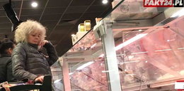 Katarzyna Grochola buszuje po sklepie. Dla kogo kupuje te pyszności?