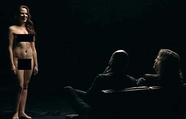 Učesnice šoua se skidaju do gole kože, dok ih voditelj i gost ocenjuju do detalja