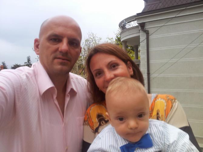 Ana sa suprugom i njihovim malim borcem