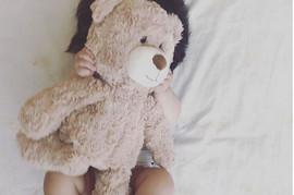 Kada skloni medvedića, pomalja se NAJNEOBIČNIJA BEBA: Svet ZAPANJENO gleda njene slike
