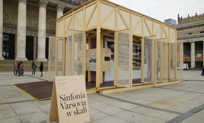 Jest znacznie mniejsza niż przyszła sala koncertowa Sinfonii Varsovii, ale wiernie ją odzwierciedla.