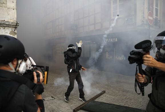 Demonstranti gađali policiju, ona uzvratila suzavcem
