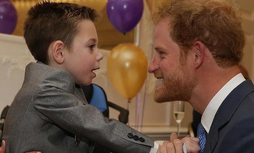 Książę Harry przytulił jednego z chorych chłopców