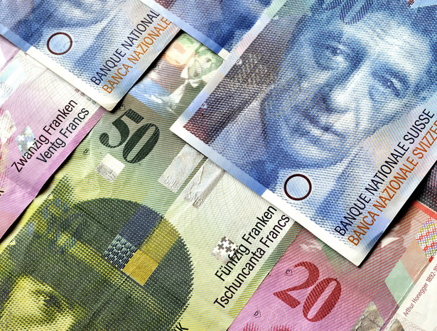 Szwajcarski frank słabnie w poniedziałek przed południem na rynku międzybankowym w Zurychu.