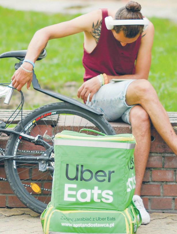 Dla pracownmików Uber Eats elastyczne formy pracy oznaczają często brak bezpieczeństwa socjalnego
