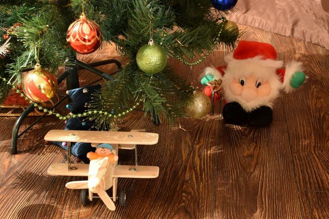 Dečije igračke su dobrodošle i za kićenje jelke