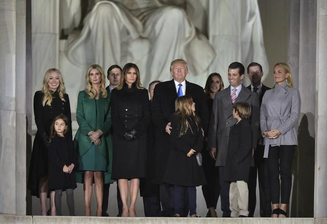Ivanka Tramp sa porodicom ispred Linkol memorijalnog centra pre tri dana u Vašintonu