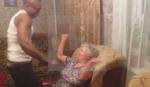 Unuka je baki dovela stripera da se priseti mladosti. Bakina rekacija je HIT