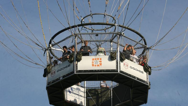 Kraków, 22.07.2009. Lot widokowy balonem na uwięzi to kolejna atrakcja turystyczna Krakowa. Jest to jeden z trzech takich balonów w Europie. soa PAP/Jacek Bednarczyk
