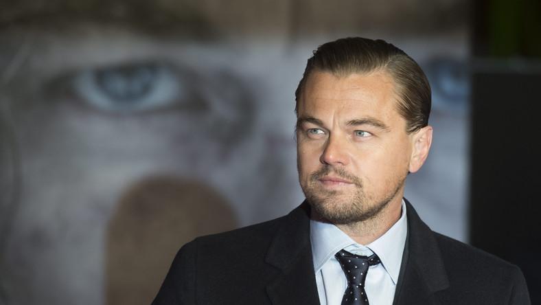 """Leonardo DiCaprio zdobył za kreację w """"Zjawie"""" trzeci w karierze Złoty Glob. Ta sama rola przyniosła mu piątą nominację do Oscara, więc dołączył do klubu znakomitych aktorów (są w nim m.in. Peter O'Toole, Jack Nicholson i Al Pacino), którzy w wieku 42 lat mieli na swoim koncie po pięć nominacji, a nie mieli ani jednej statuetki w ręku. Może teraz sięuda? Jest w swojej kategorii faworytem. Póki co, oscarowa szansa Leo zaowocowała wysypem kolejnych memów z – wciąż niedocenionym przez Akademię Filmową –gwiazdorem w roli głównej."""