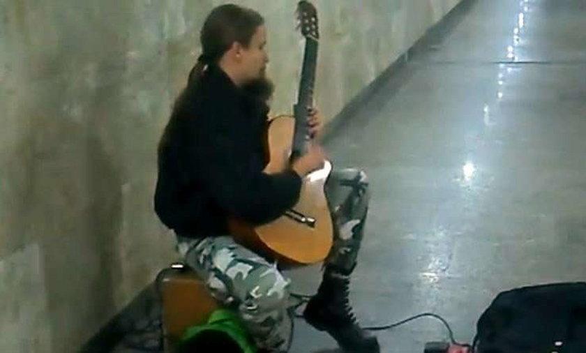 Niesamowity gitarzysta na dworcu. Wideo