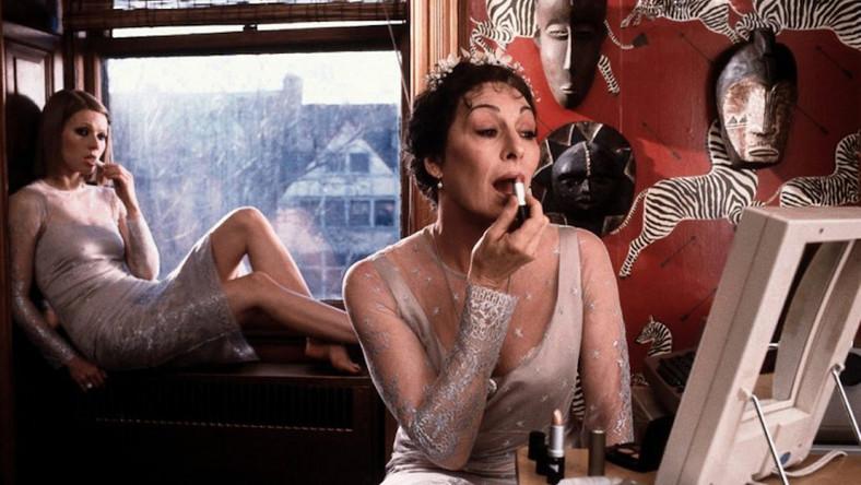 Ethylene… (Anjelica Huston – jak zwykle wspaniała) zaborcza, acz zwariowana i oddana rodzinie matka całej trójki dzieciaków. Elegancka, niemal zawsze w kostiumie i pod rękę z torebkąBirkin. Na bogato. Patrzęna nią i myślę, że nie chciałabym mieć takiej mamusi.