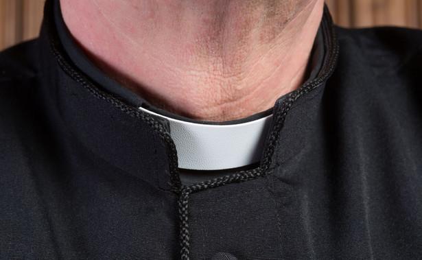 Oprócz co najmniej kilkudziesięciu gwałtów, byłemu księdzu zarzucono również to, że co najmniej kilkadziesiąt razy nadużył stosunku zależności między nim, a ministrantem