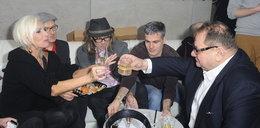 Kora wznosi toast z Kaliszem. Za co?