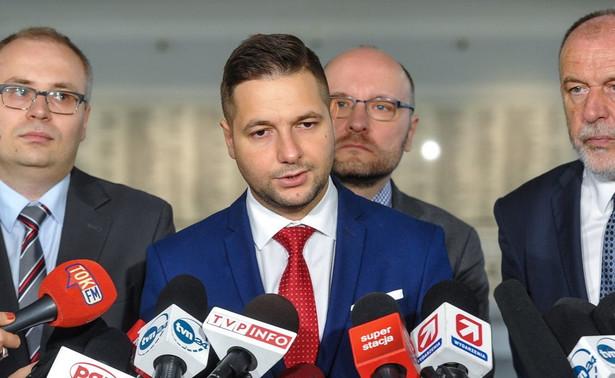 """Jaki odniósł się również do zapowiedzi Rady Społecznej przy komisji weryfikacyjnej ws. złożenia wniosku o doprowadzenie na obrady Gronkiewicz-Waltz. Wiceminister podkreślił, że komisja nie ma takich instrumentów, natomiast """"teoretycznie mogłaby się zwrócić do prokuratury""""."""