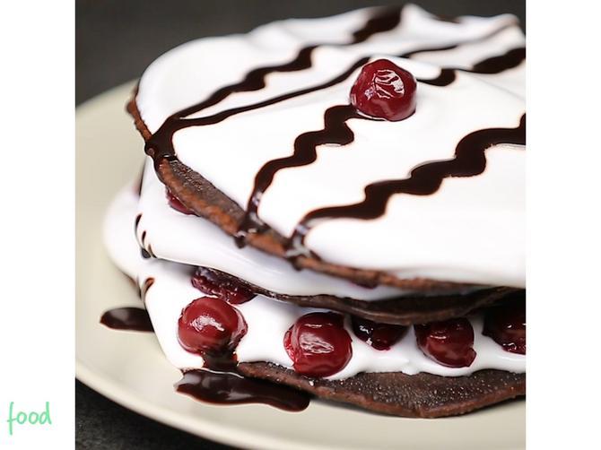 Crne palačinke sa višnjama i šlagom, kako to dobro zvuči! Nova varijanta omiljenog deserta za uživanje svim čulima!