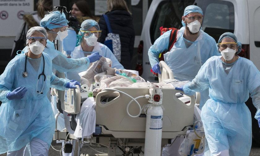 Dlaczego tylu medyków we Francji nie może pracować? Francja jako jeden z pierwszych krajów wprowadziła obowiązek szczepień, między innymi dla pracowników medycznych. Już latem zapowiedziano tam, że kto nie przyjmie przynajmniej jednej dawki szczepionki, ten nie będzie mógł pracować. 3000 osób nie dopełniło tego obowiązku.