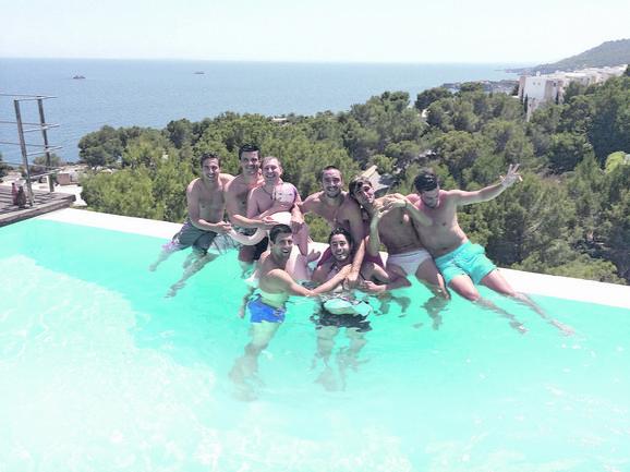 Nole i Viktor sa prijateljima u Španiji