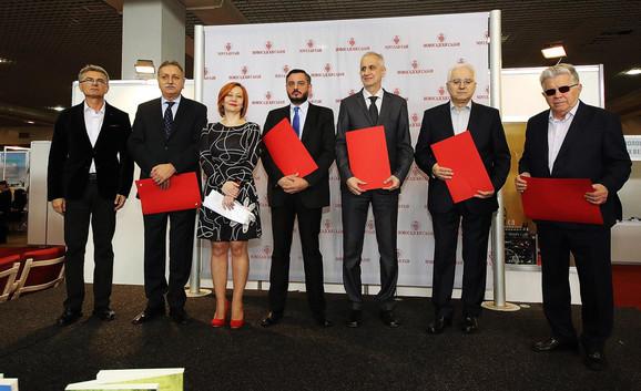 Miomir Petrović sa nagradom (u sredini)