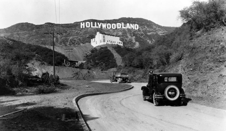"""Oryginalny napis """"Hollywoodland"""" w latach 20. ubiegłego wieku"""