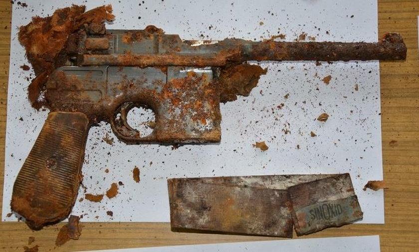 Mauser wraz z amunicją przeleżały w ziemi 60 lat