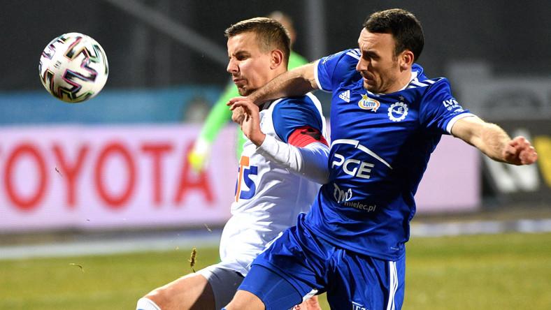 Piłkarz drużyny Stal Mielec Andreja Prokić (P) i Lubomir Satka (L) z zespołu Lech Poznań podczas meczu Ekstraklasy