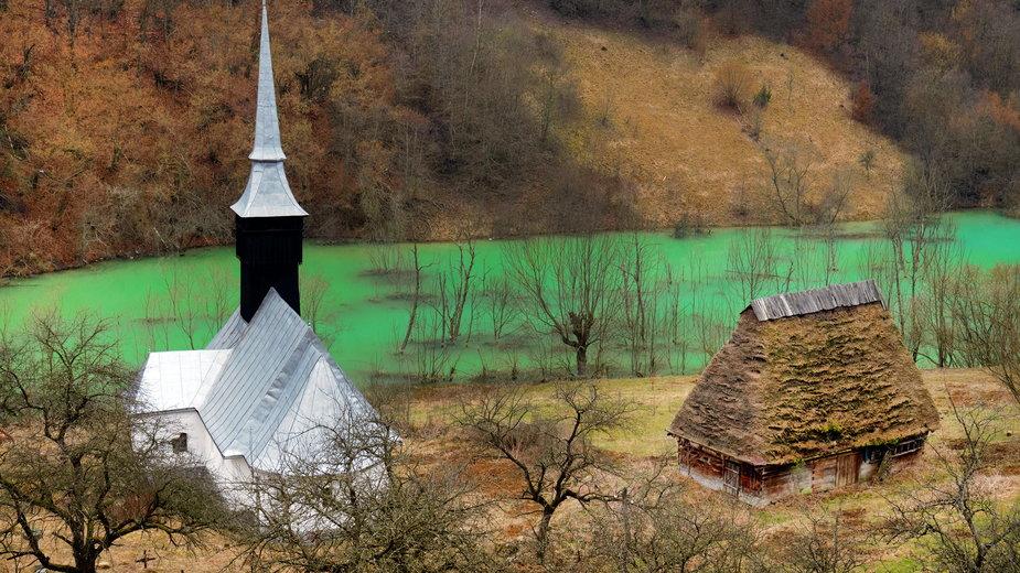 """Geamana - rumuńska wioska zatopiona w """"pięknym"""" toksycznym jeziorze"""