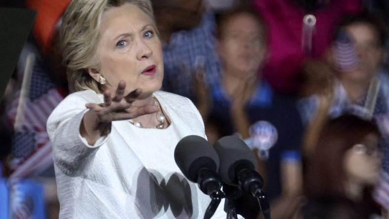 """1. Wojna Biorąc pod uwagę poglądy Clinton oraz skład zespołu doradców, w przypadku jej wygranej możemy spodziewać się dosyć dziwnego połączenia polityki Baracka Obamy i George'a W. Busha. W polityce wewnętrznej, Clinton może pokazać swoją liberalną, a nawet progresywną twarz. W polityce zewnętrznej może pozostać neokonserwatystką. Mimo agresywnej retoryki Trumpa, to właśnie działania Clinton mogłyby prędzej doprowadzić do wojny. Wsparła ona inwazję na Irak, """"usunięcie"""" premiera Libii Mu'ammara al-Kaddafiego; uważa również, że USA powinny zwiększyć swoje uczestnictwo w konflikcie w Syrii, w której bojownicy walczący przeciwko rządowi Bashara al-Assada już od dłuższego czasu mogą liczyć na amerykańską pomoc. Wspierając stworzenie tak zwanej """"no-fly zone"""" w Syrii, Clinton ustawia USA na kolizyjnym kursie z Rosją – największym atomowym mocarstwem na świecie. Należy przy tym dodać, że z punktu widzenia międzynarodowego prawa, działania Rosji w Syrii – która wspiera uznany międzynarodowo rząd w walce przeciwko terrorystom i grupom bojowników – mają solidniejsze podstawy niż działania USA i ich koalicji. Największym zagrożeniem związanym z prezydenturą Clinton jest polityka wspierania grup dżihadystów i terrorystów w walce ze świeckimi dyktatorami w regionie Bliskiego Wschodu i Afryki Północnej – tak jak w przypadku Kaddafiego, Husajna i Assada. Biorąc pod uwagę sytuację w Libii i Iraku po zaangażowaniu się USA, trudno jest zaakceptować """"humanitarne interwencje"""" USA, tak samo jak wsparcie Waszyngtonu dla Saudów, którzy wielokrotnie złamali prawa człowieka. Dlatego długoterminowy imperialistyczny projekt USA, kontynuowany podczas prezydentury Clinton, znacznie pogorszy relacje z mocarstwem atomowym - Rosją. Źródło: Saxo Bank"""