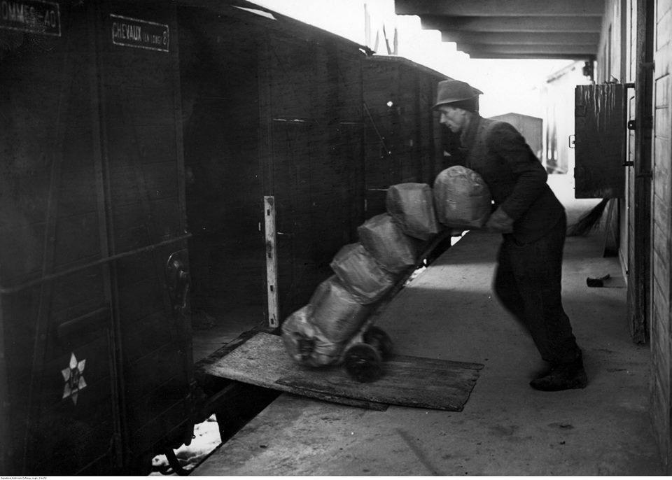 Załadunek worków z solą do wagonu kolejowego, rok 1940