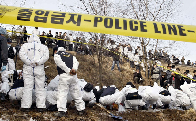 Južnokorejski forenzičari iskopavaju ostatke jedne od žrtava u januaru 2009.