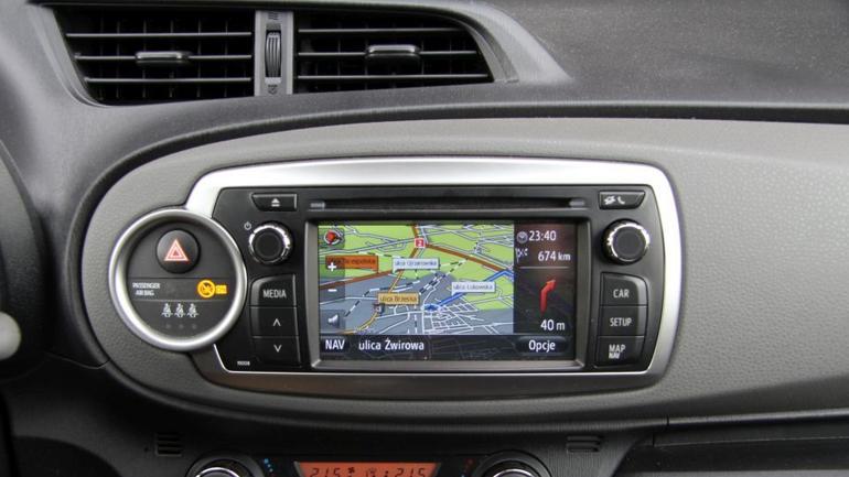 Radio multimedialne Toyota Touch&Go w modelu Yaris. Udany sprzęt, który wymaga dopłaty 2100 zł.