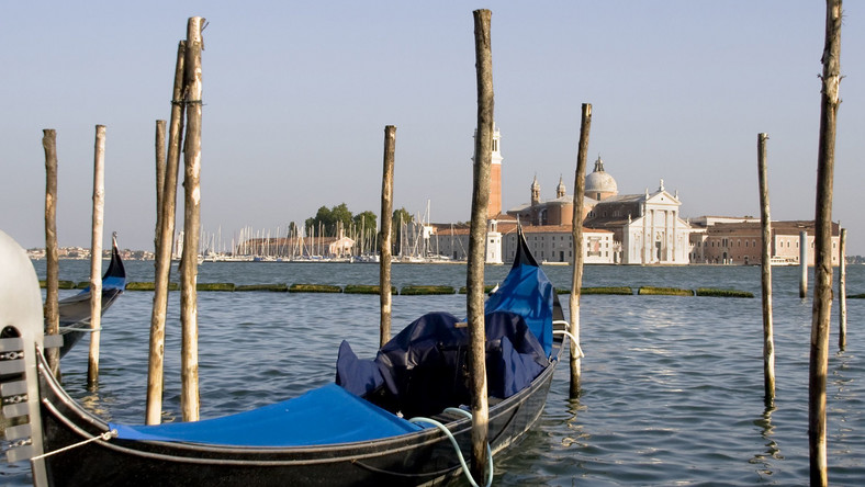 Wśród miast na wodzie nieodmiennie króluje jednak Wenecja. Cały jej urok bierze się jednak nie z licznych zabytków, ale niesamowitego klimatu, na który wpływ mają właśnie kanały. Chociaż włoska miejscowość jest bardzo popularna wśród podróżników, wciąż da się tu znaleźć ustronne miejsca, gdzie można rozkoszować się pięknem południowej architektury i odgłosem plusku wody. Wenecję warto odwiedzić o każdej porze roku. W zimie odbywa się tutaj najsławniejszy na świecie karnawał, w sezonie wiosennym i letnim natomiast nieustannie można bawić się na festiwalach i regatach. Ostatnie są niezwykle popularne – miasto chce upamiętnić to, że dzięki wodnym przeprawom zbudowało swoją potęgę. Najwięcej z nich odbywa się na Canal Grande, czyli największym kanale w Wenecji.