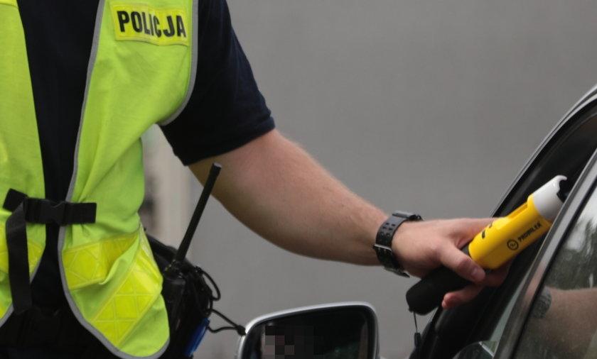 Pijany kierowca chciał się napić wódki na oczach policjantów.