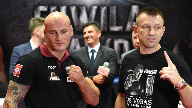 """Artur Szpilka (L) i Tomasz Adamek (P) podczas konferencji prasowej przed galą boksu Polsat Boxing Night """"Adamek vs Szpilka - Chwila Prawdy"""" w Krakowie. Między pięściarzami doszło do ostrej wymiany zdań."""